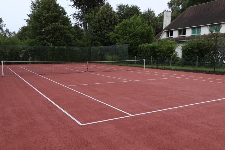 Terrain de tennis en asphalte poreux   Signé Jean