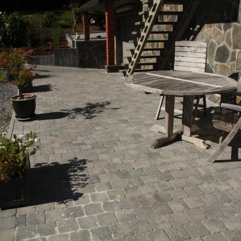 Terrasse et allée de garage en pavés, pose de palissades en béton