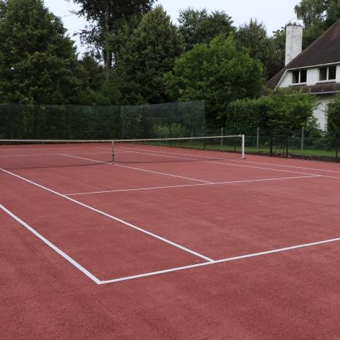 Terrain de tennis en asphalte poreux